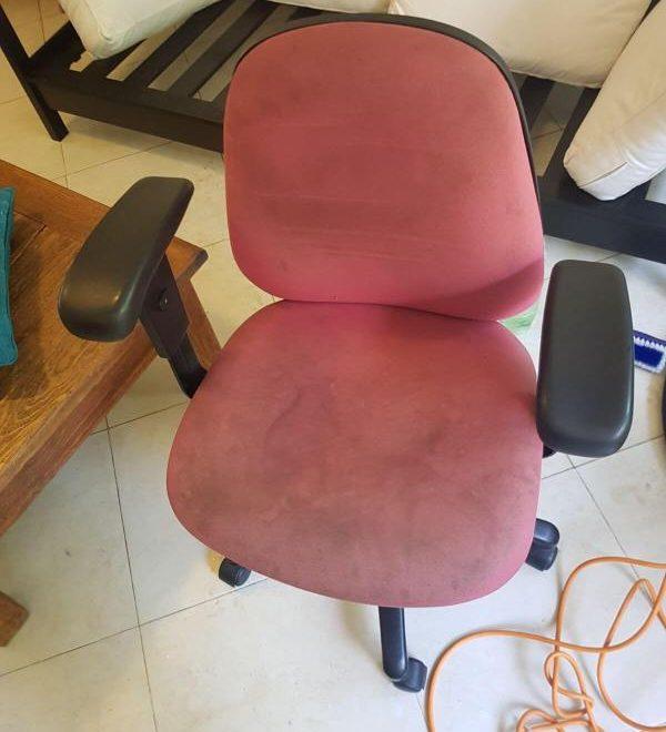 ניקוי כיסא מחשב אדום