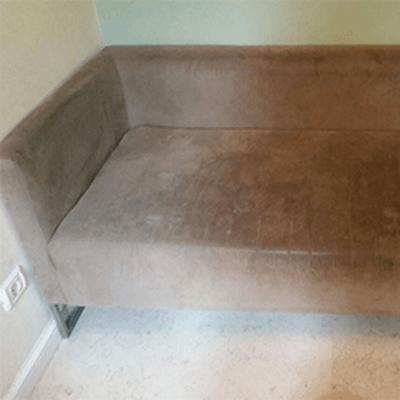 ספה חומה בהירה לפני ניקיון