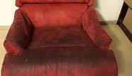 ספה אדומה לפני ניקוי
