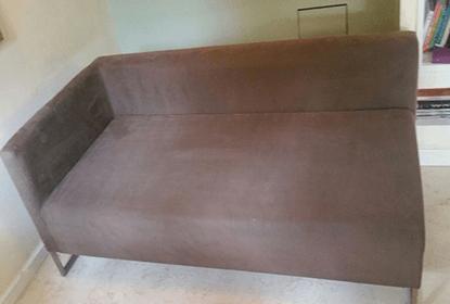 ספה חומה בהירה אחרי ניקיון