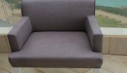 כיסא בד אפור אחרי ניקוי