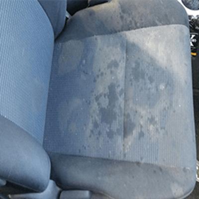 מושב רכב מלוכלך לפני ניקוי