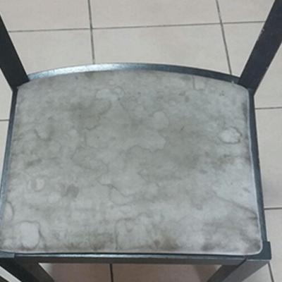 כיסא שולחן לפני ניקוי