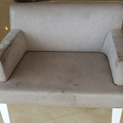 כיסא בד אפור לפני ניקוי